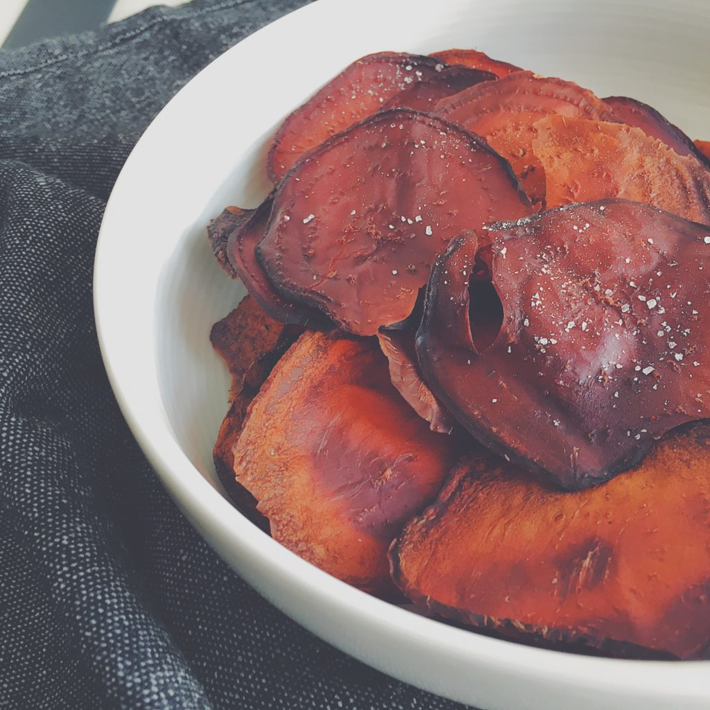 Rote Bete-Chips mit Meersalz